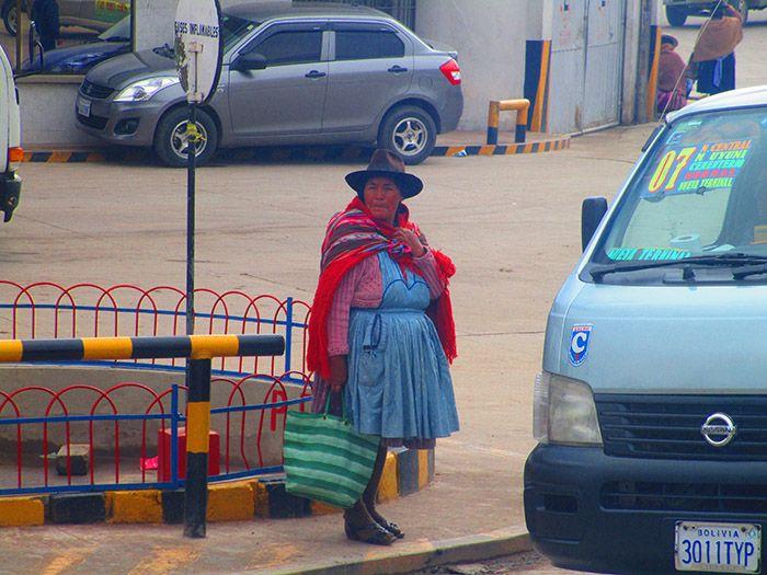 Mujer con vestimenta típica en Potosí, Bolivia