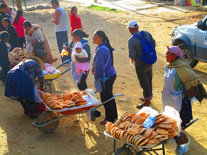 Mujeres bolivianas que te venden de todo en los buses