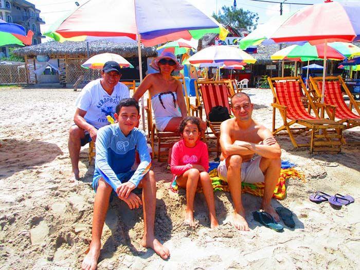 Día de playa en familia, en Montañita