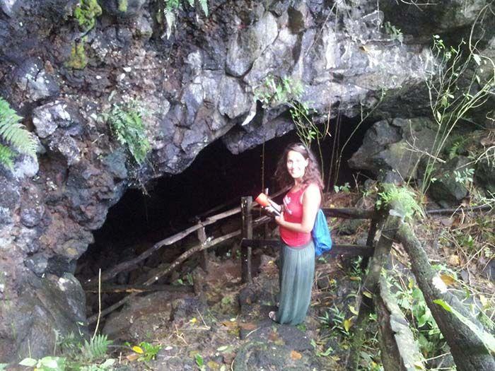 Por 3 dólares un taxi te lleva al barrio Bellavista y de ahí caminas hasta los curiosos túneles de lava.