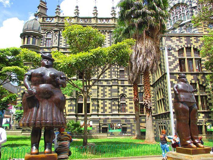 Palacio de Cultura y esculturas del famosos escultor, Botero