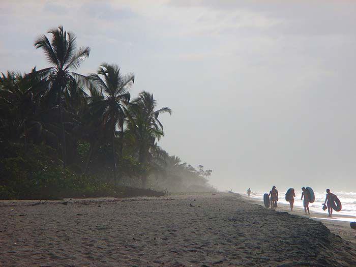 Viajeros volviendo del descenso fluvial en flotador, uno de los atractivos de Palomino.