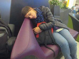 Intentando dormir un poco en el aeropuerto...