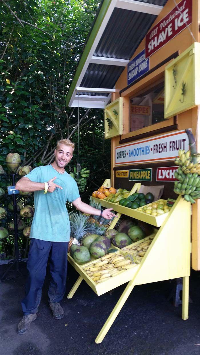 Ivan colocando la fruta en la parada
