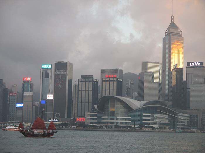 Vistas de la city desde el ferry de Hong Kong Island a Kowloon