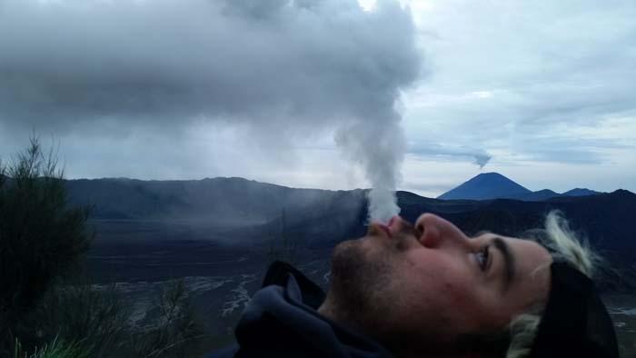 Llanura a los pies del volcán Bromo en Java, Indonesia
