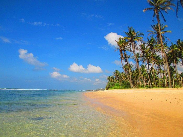 Playa de Sri Lanka en temporada alta... ¡a ver si encuentras esta calma en Tailandia!