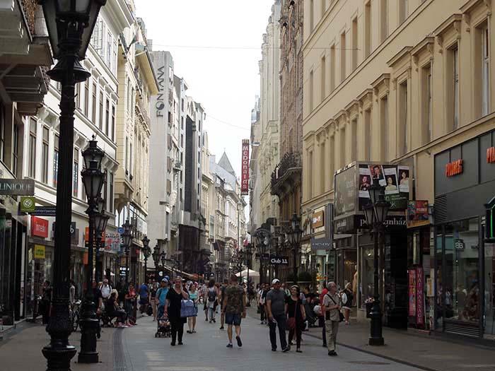 Concurrida calle Váci Utca