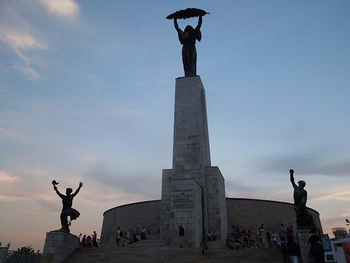 Estatua de la Libertad en la Ciudadela de Budapest