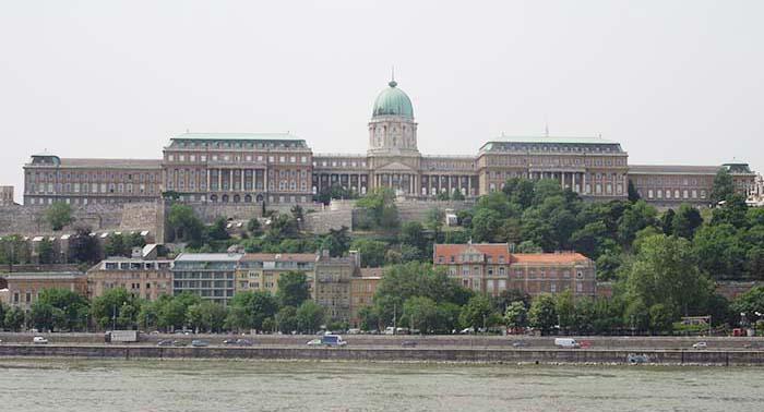 Vistas del Castillo de Buda desde el Puente de la Cadenas