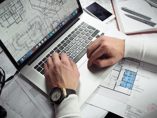 persona estudiando arquitectura