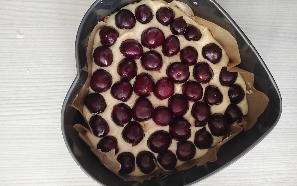 Сочен маслен сладкиш с череши