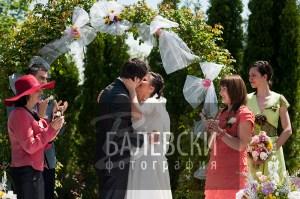 Първата брачна целувка