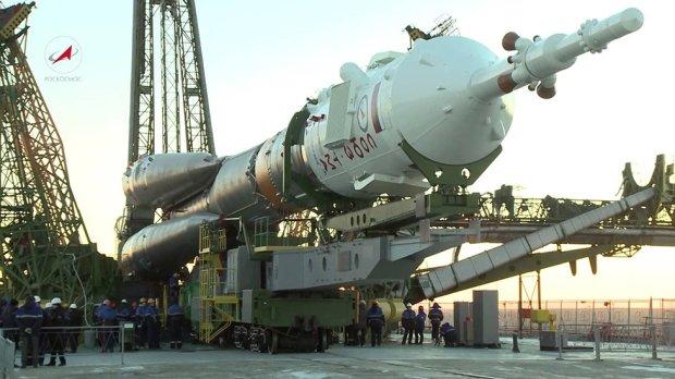 На Байконуре установили на стартовую площадку ракету-носитель Союз-ФГ