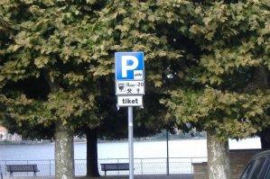 A jak se parkuje? Když chcete blízko centra, tak si to zaplaťte. Ale není to až tak drahé: asi 1€ za hodinu (v Gravedoně).