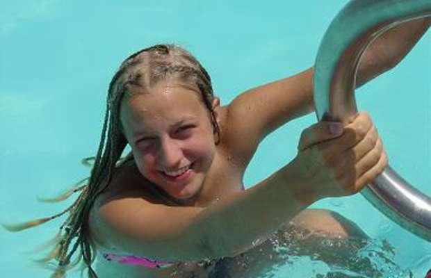 Ragazza rimane incinta dopo un bagno in piscina
