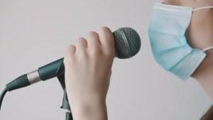 chanter avec un masque