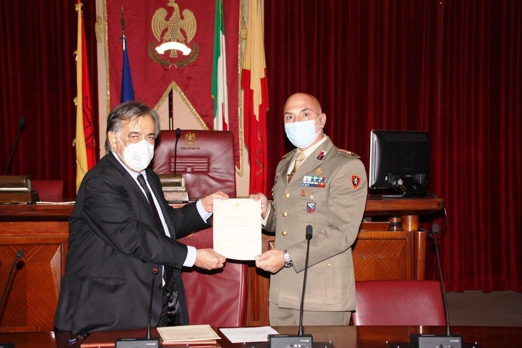 Il sindaco di Palermo consegna la Preziosa Tessera al comandante del 4° reggimento Genio Guastatori