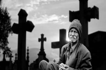 Visitar o túmulo de entes queridos é errado?