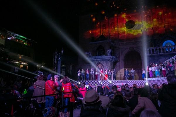 Disfrutan miles de chihuahuenses primeras funciones de Notre Dame de París en el Centro Histórico