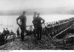 Generalul August von Mackensen supravegheaza traversarea Dunarii pe la Svistov-Zimnicea pe un pod de pontoane, 23 noiembrie 1916.