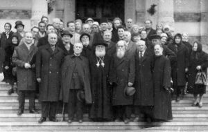 Nichita Smochină în stânga ÎPS Tit Simedrea, împreună cu un grup de refugiaţi,  între care şi Pantelimon Halippa, în faţa Bisericii Domniţa Bălaşa, 25 martie 1968.
