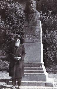 Nichita Smochină la statuia lui Bogdan Petriceicu Hasdeu