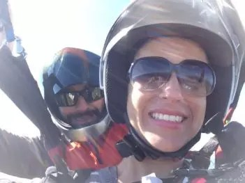 Passageira voeDuplo estampando um belo sorriso em voo