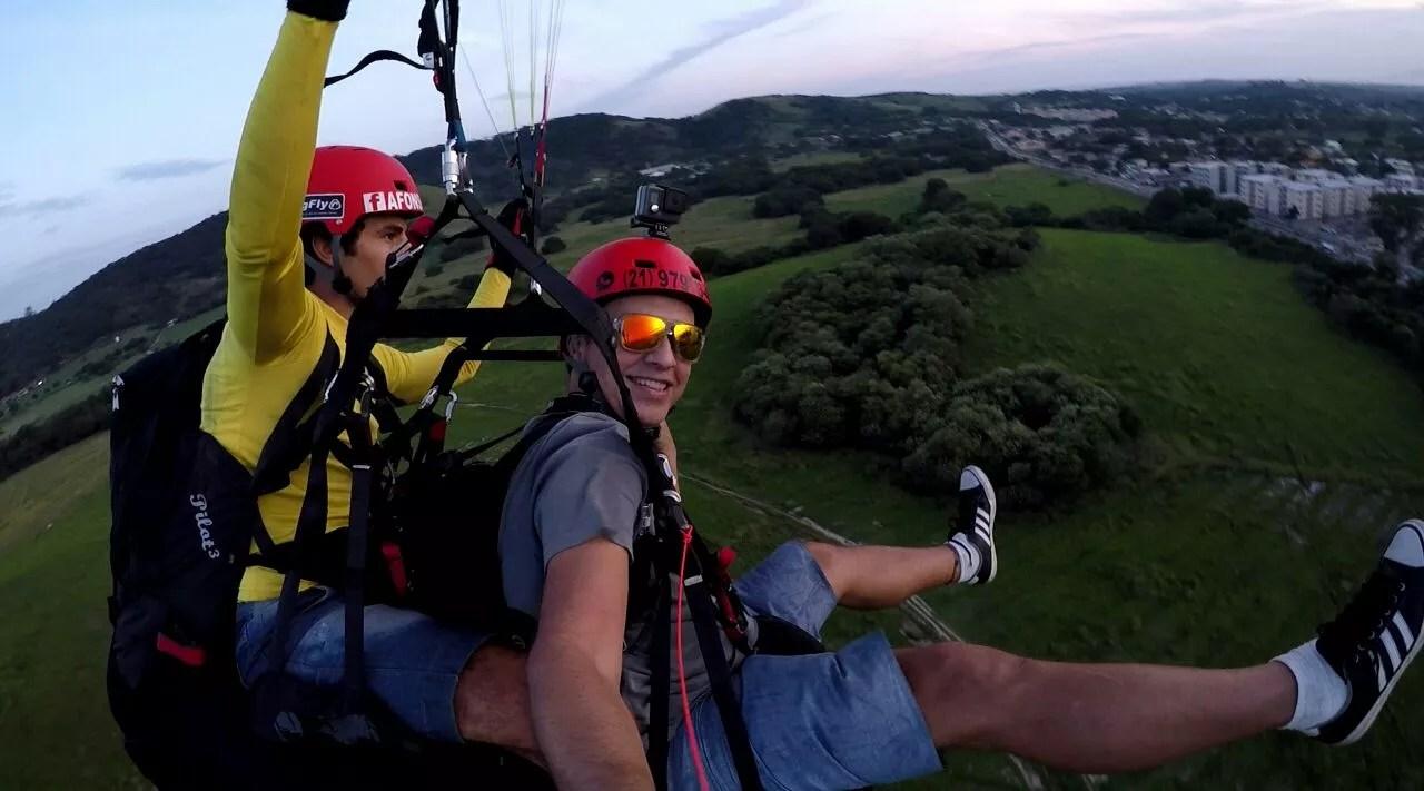 Piloto e passageiro de voo de parapente indo para o pouso na Paciência