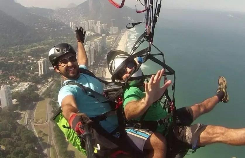 Pilotos VoeDuplo voando de parapente em São Conrado RJ