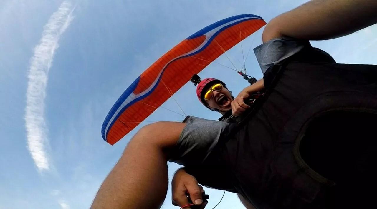 Passageiro de parapente bem a vontade no voo, tirando fotos alucinantes na Serra de Santa Eugênia em Paciência RJ