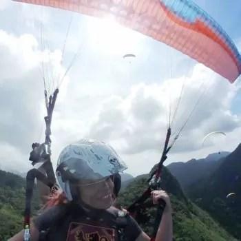 Passageira voando de parapente na Pedra Bonita no Rio de Janeiro