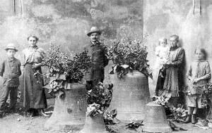 Noch einmal die Glocken der Martinskirche davor stehen die kleineren Glocken der Friedhofskapelle Geislautern. Über die Personen ist leider nichts weiter bekannt