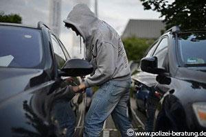 Jemand macht sich an einem Auto zu schaffen (Foto: www.polizei-beratung.de)