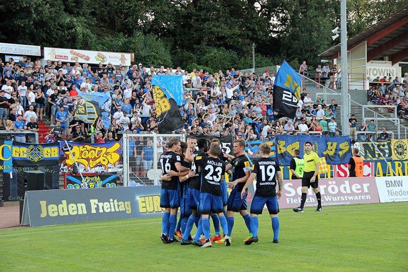 Der FCS bejubelt das 2:0 durch Schmidt (Foto: Hell)