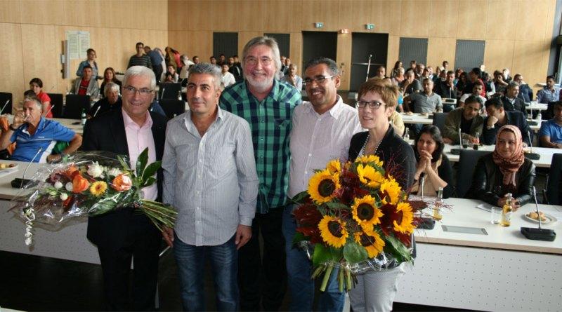 "Dank an Ministerpräsidentin: Verein ""Flüchtlingshilfe Miteinander in Völklingen"" im Völklinger Rathaus (Foto: Stadt VKL)"