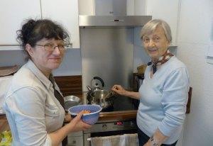 Zuzweit macht Kochen mehr Spaß! (Foto: Pflegeherzen)