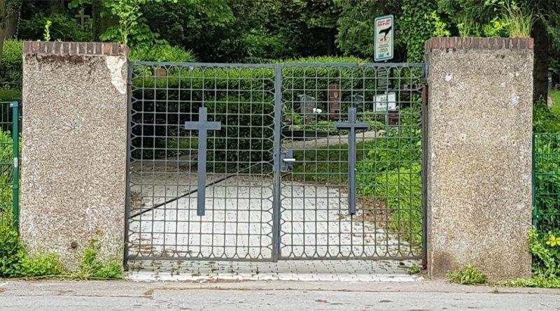 Noch immer ist das Eingangstor leer, man sieht nur noch die Dübellöcher (Foto: Hell)
