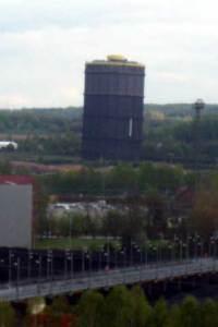 Dieses Foto ist nicht schief, der Gasometer der ehemaligen Kokerei ist durch die Grubensenkungen auch geschädigt.