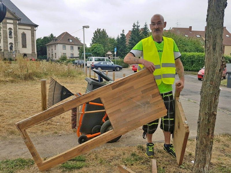 """Hans Jürgen Schmitt begutachtet eine entsorgte Arbeitsplatte: """"Sperrmüll können wir mit unserem Müllwägelchen leider nicht mitnehmen!"""". Etwas versteckt sein """"Lamborghini"""". (Foto: Hell)"""
