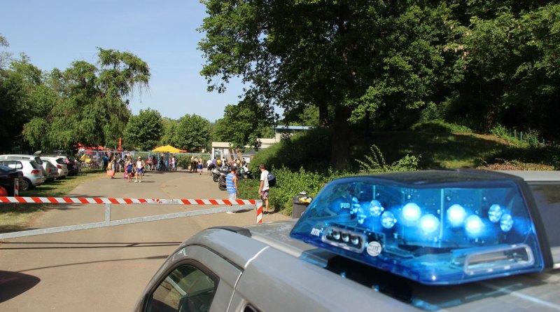 Polizei am Schwimmbad (Foto: Hell)