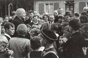 Röchling umringt von Siedlern einer Werkssiedlung 1942. Quelle: Die Gründerfamilie Röchling