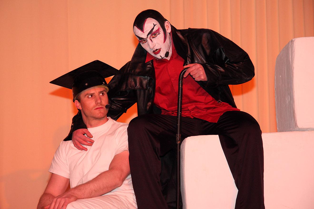 Knastalltag trifft Klassiker   Zeig den Faust