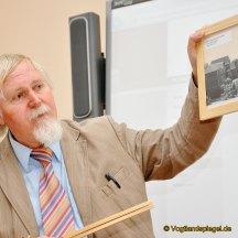 Winfried Arenhövel stellt der Klasse 5 c des Ulf-Merbold-Gymnasiums sein Buch Verbrechen um Beno vor, das zugleich im Deutschunterricht behandelt wird