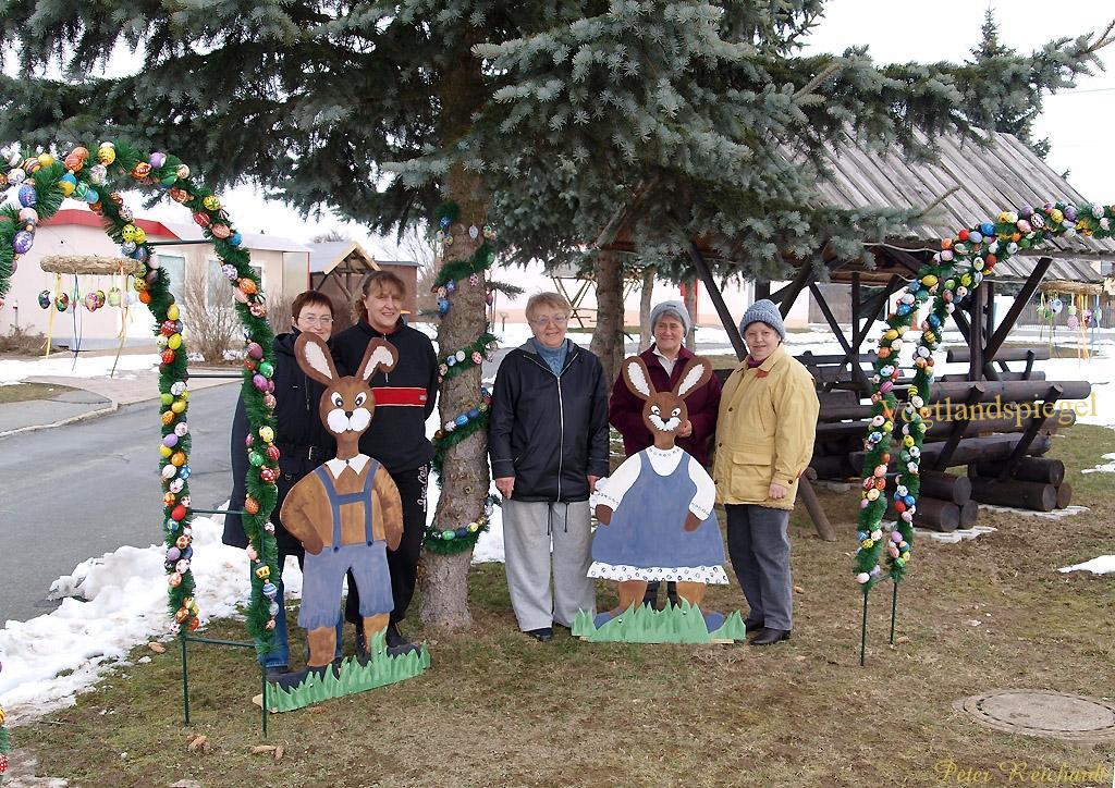 Familie Osterhase grüßt an der Gommlaer Wendeschleife