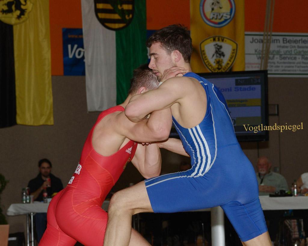 Finalkampf 66kg der Deutschenmeisterschaft: Europameister im griechisch-römischen Stil, Frank Stäbler (rot) gegen Toni Stade, RSV Rotation Greiz