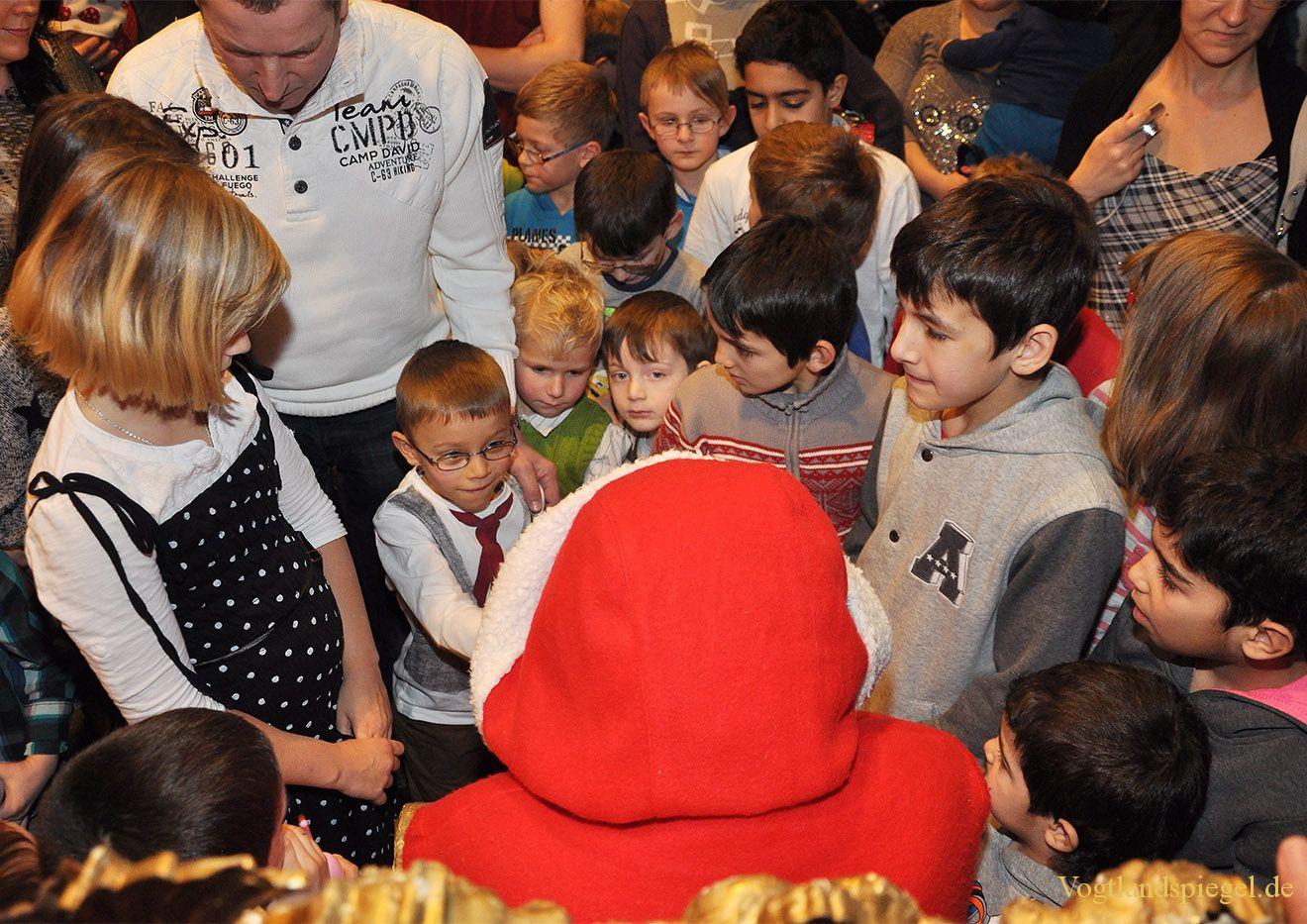 Greizer Kinder warten in der Vogtlandhalle auf den Weihnachtsmann