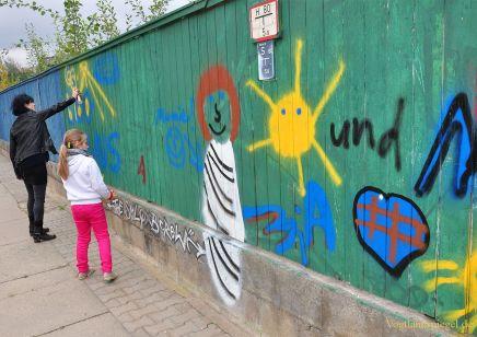Holzwand mit buntem Graffiti verschönt