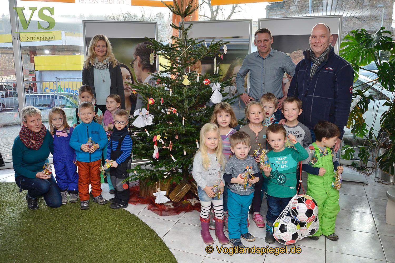 Ford Auto-Horlbeck GmbH: Kinder schmücken liebevoll den Tannenbaum