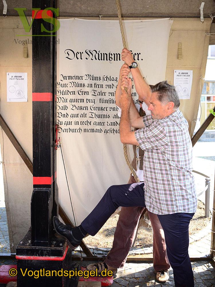 Weißes Kreuz ziert den 21. Festtaler der Stadt Greiz